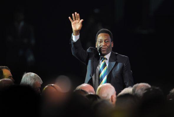 Pelé saludo desde su lugar y recibió un cálido aplauso.