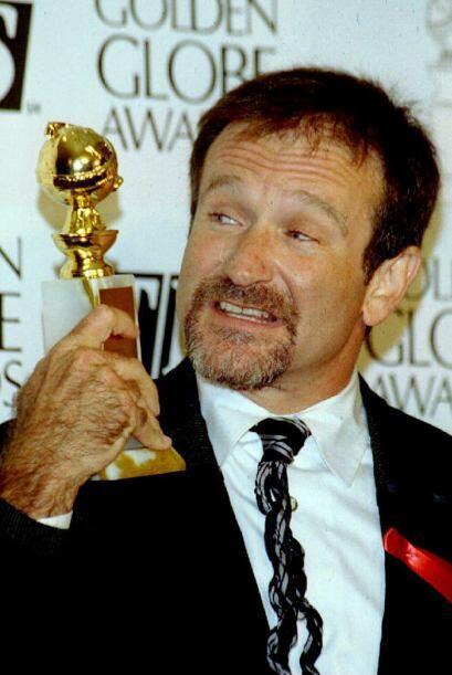Este es el momento en que Robin Williams sostiene su Globo de Oro despu&...