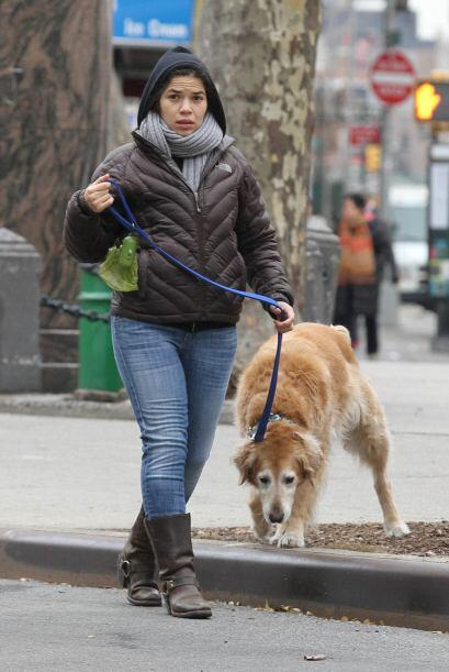 America Ferrera sacó a pasear a su perro en Manhattan, muy abriga...