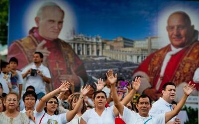Juan Pablo II y Juan XXIII, a punto de ingresar al santoral de la Iglesi...