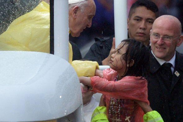 La lluvia no detuvo a los fieles ni al Papa a la visita de éste a Manila...