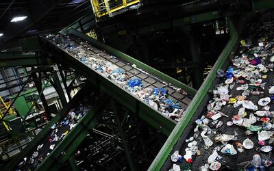 Latinos en Nueva York libran una verdadera batalla contra la basura de l...