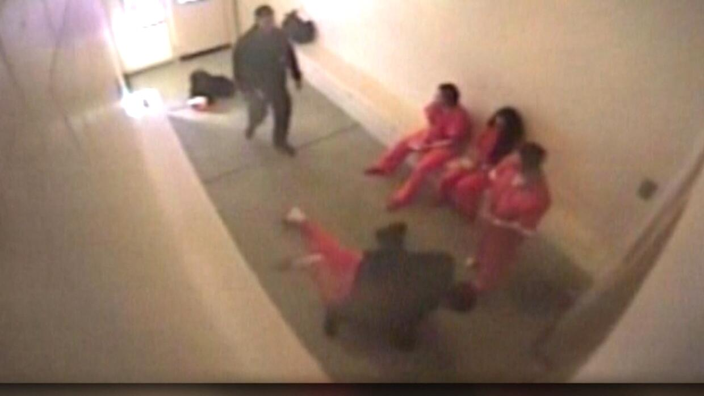 En video: un oficial de correccionales golpea a un recluso esposado en N...