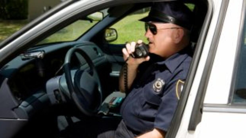 Tienes el derecho a pedirle que te muestre una identificación o llamar a...