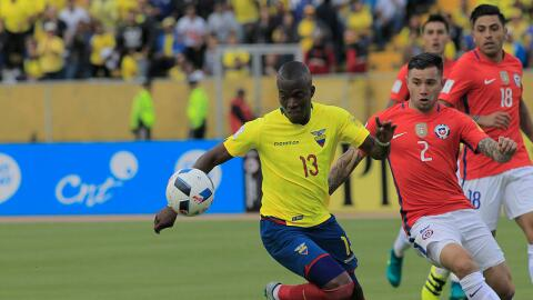 Enner Valencia (izquierda) disputa un balón ante Eugenio Mora.