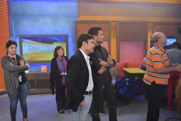 Jaime Camil y Toño Mauri no perdían detalle del número musical de Carla...