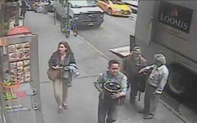 Hombre roba una cubeta en plena calle sin saber que se estaba llevando m...