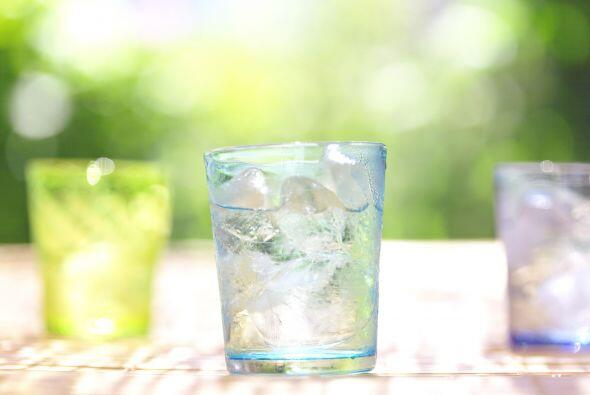 No uses vasos de vidrio, porque podrían romperse en la piscina y sería u...