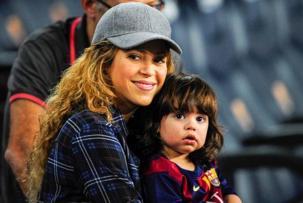 Shakira luce radiante en su dulce espera.