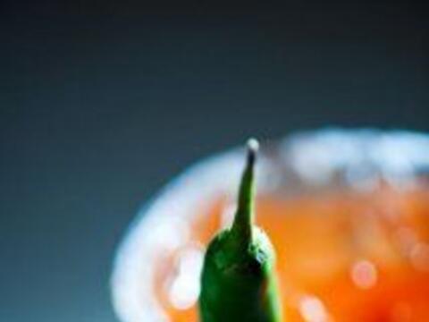 Salsa de Chile de árbol del chef Aarón Sánchez: Mezcla cebolla con chile...