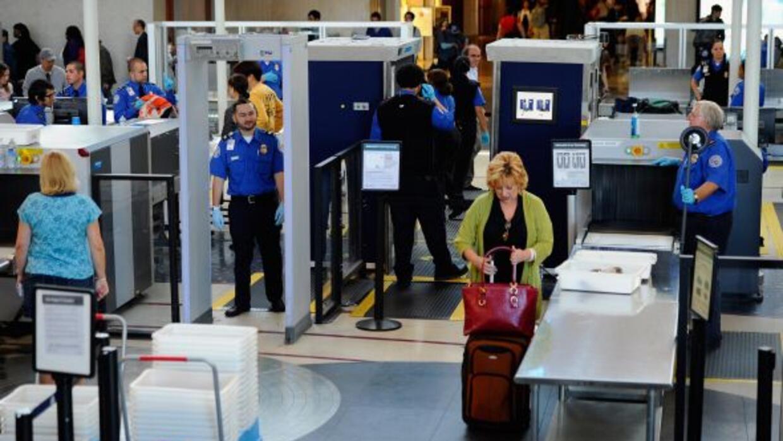 Seguridad aeroportuaria obligó a mujer en silla de ruedas a quitarse el...