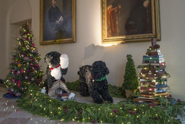 Las dos mascotas incluso forman parte de la decoración. ¡Mira qué réplic...