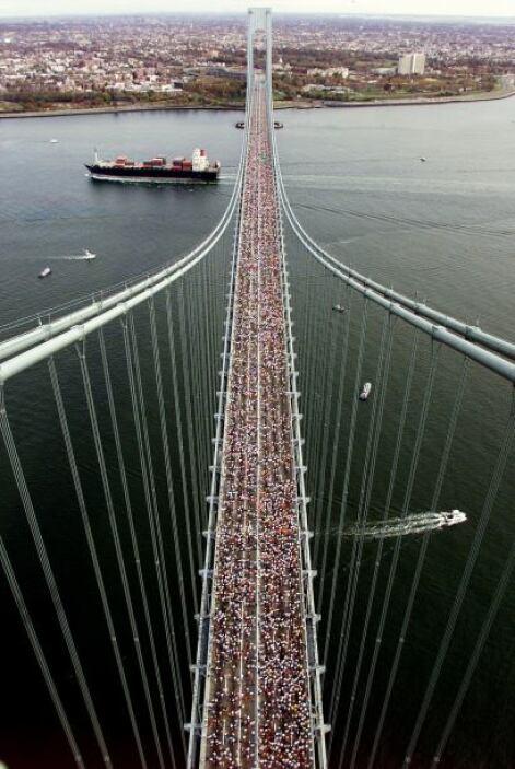 Una toma del famoso maratón de NY, en e momento en que cientos de person...