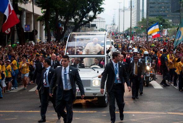 Miles de personas salieron a las calles de Rio de Janeiro a recibir al P...