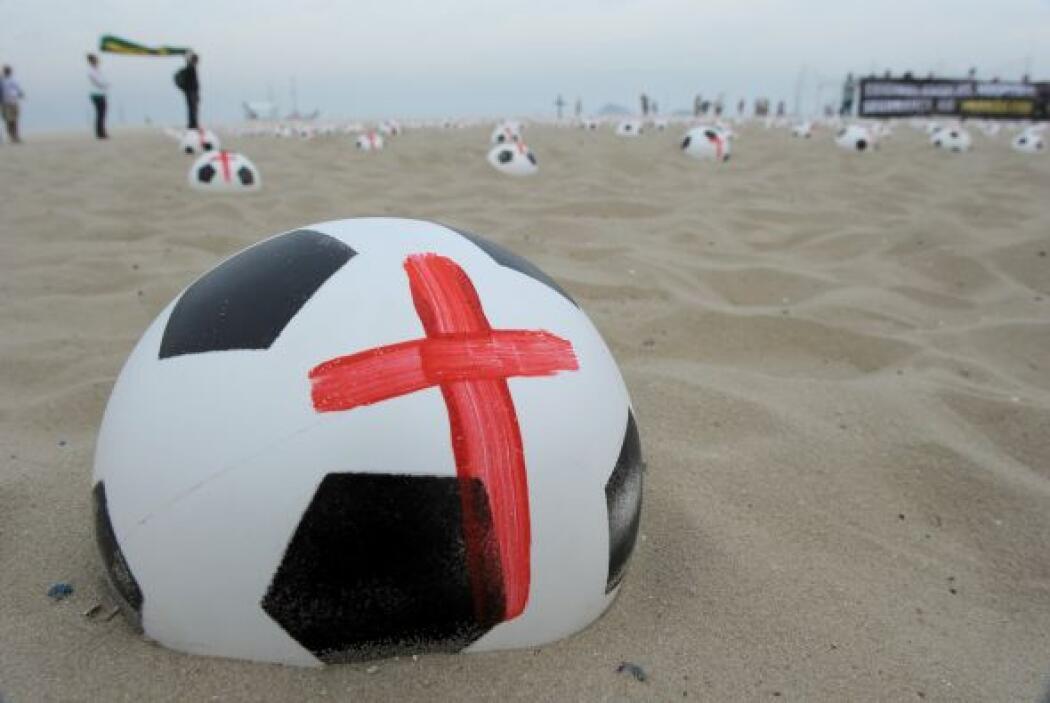 Los balones fueron exhibidos en la playa para los bañistas y turistas qu...