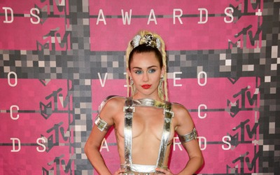 Albita estrena su video musical 'A Quién le Importa' miley-cyrus-vma-out...