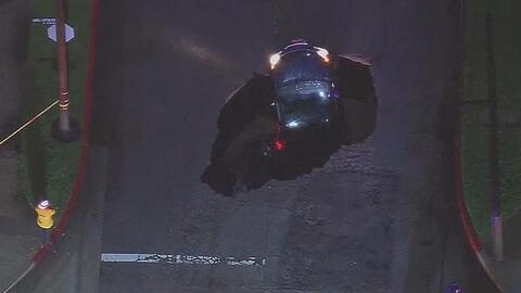 En video: dos autos son tragados por un hoyo gigante en California