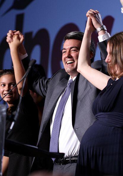 Mientras tanto, el republicano Cory Gardner celebra con su familia el ha...