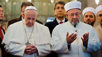 Papa Francisco reza en la Mezquita Azul de Estambul