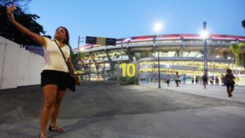 Una mujer tomaándose una foto en el estadio Maracaná.