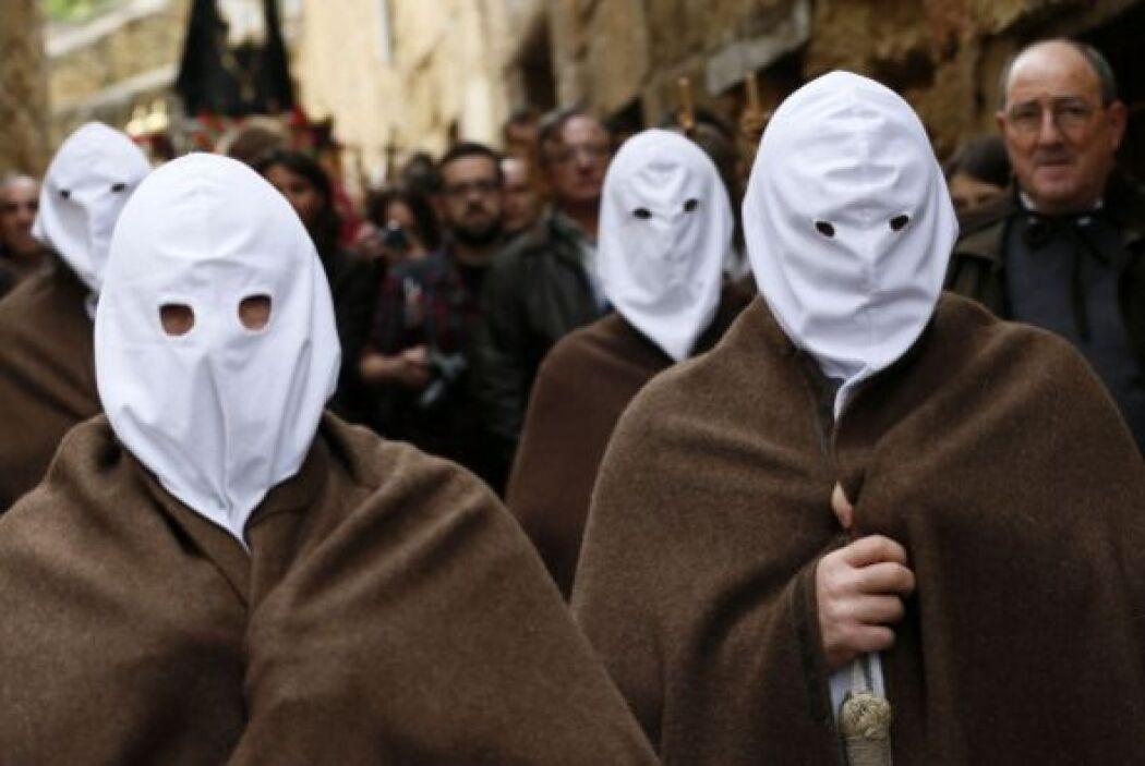 También puede verse a los penitentes con mantas cafés sobre sus blancos...
