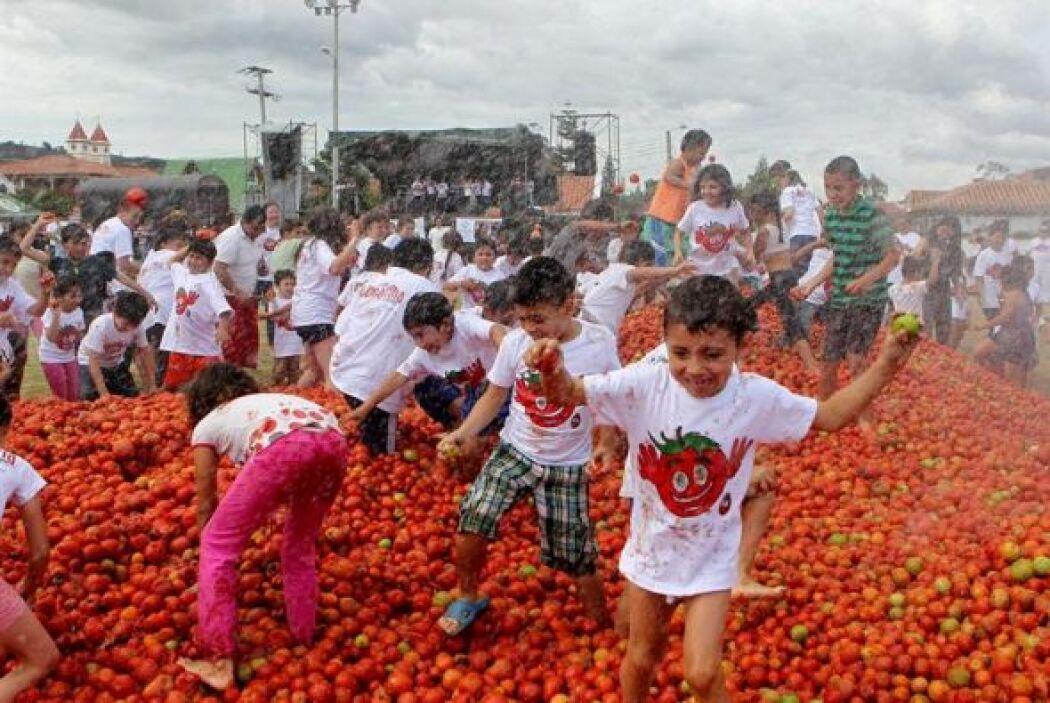Unos a otros se lanzan tomates.