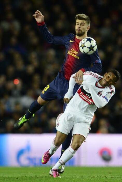 Comenzando la segunda parte el Milan adelantó líneas y el Barcelona tuvo...