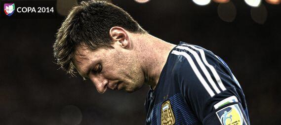 ¿Qué te pasa, Messi? Es que ni el balón de oro lo puso feliz. Para mucho...