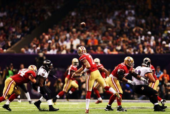 Colin Kaepernick completó 16 de 28 pases para 302 yardas, dos touchdowns...