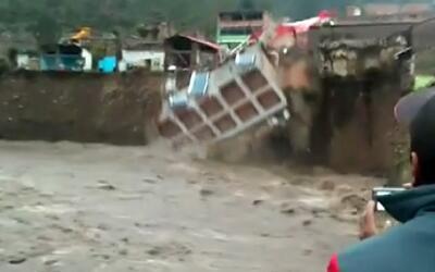 En video: un hotel de Perú se desploma y cae a un río