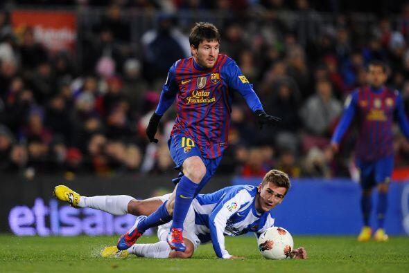 En la segunda mitad, Messi se sacó varios jugadores de encima e i...