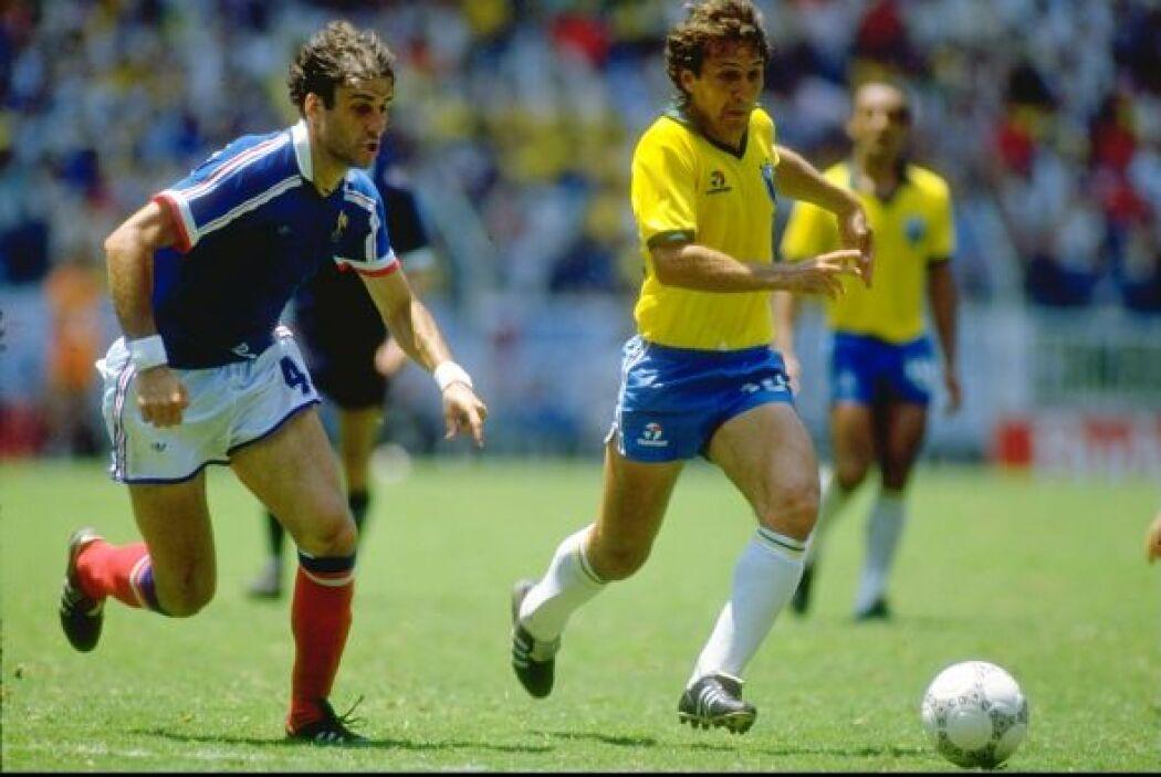 "Arthur Antunes Coimbra, conocido como Zico, es conocido como ""Pelé blanc..."