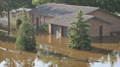 La crecida del río Souris, que ha destrozado ya varios miles de vivienda...