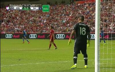 Uyy!! Casi gol. Shea Salinas patea y da en el arco