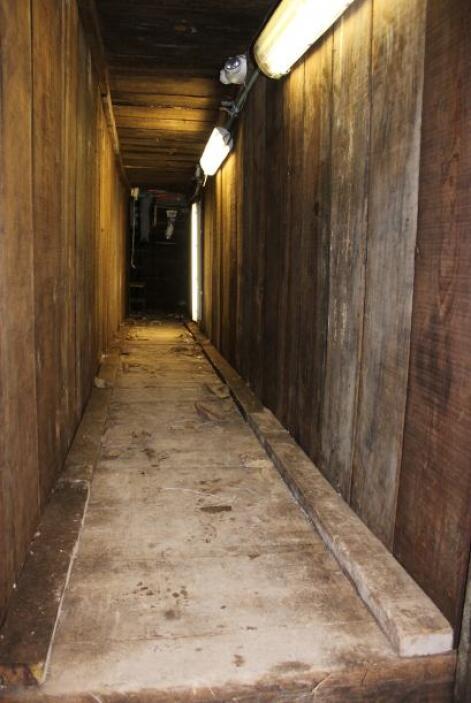 El túnel estaba cubierto con paneles de madera a lo largo de algunos met...
