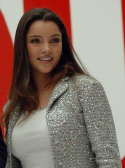 La bellísima actriz Sara Maldonado entregó el premio de Mejor Fragancia...