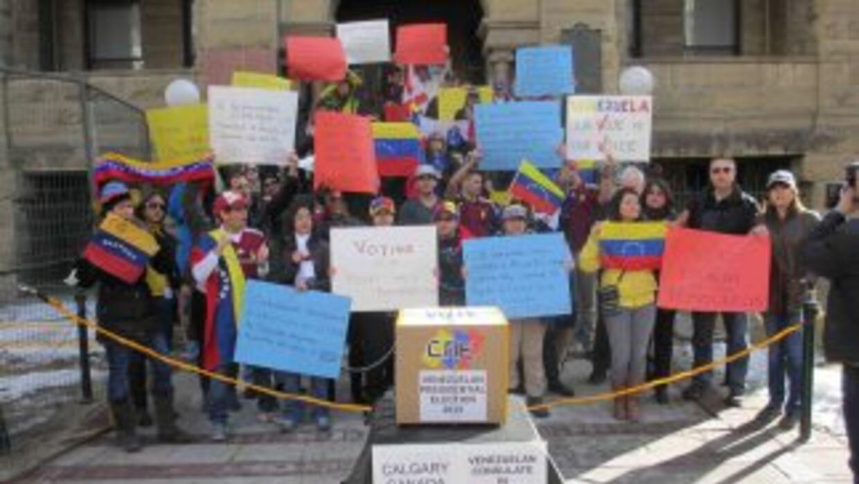 En el City Hall de Calgary hace en marzo. Un grupo de venezolanos pidien...