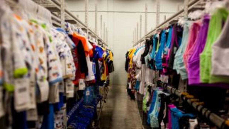 Vestuario para niños en una de las salas del centro de detención familia...