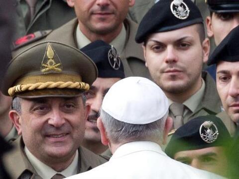 El papa Francisco permanece ante miembros del las Fuerzas Armadas italia...