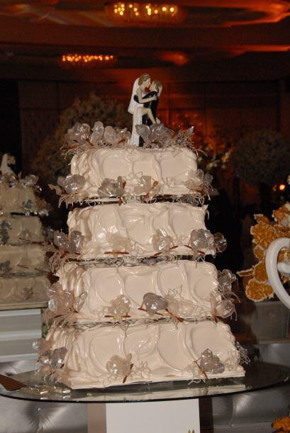 El pastel de los novios era tan grande como vistoso.