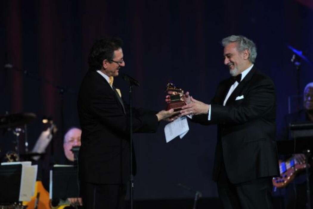 De las manos de Gabriel Abaroa, recibió el Latin GRAMMY a Persona del Año.