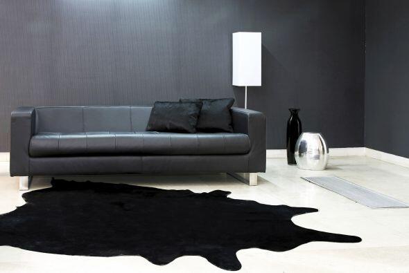 1. Colocar todos los muebles contra la pared. El 'living' podría parecer...