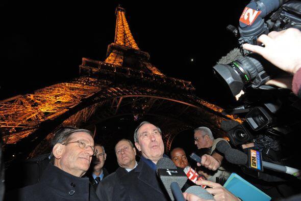 En Paris, la Torre Eiffel se preparó con medidas de seguridad y la gente...