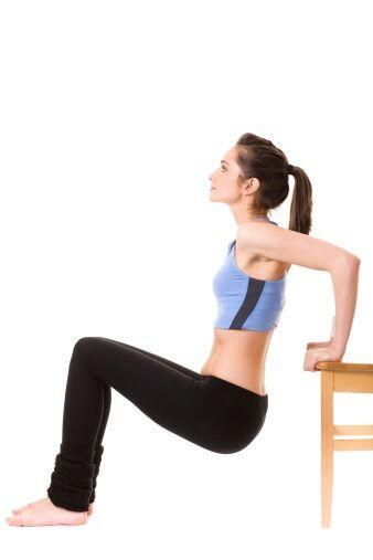 Las sillas se unen a tu gimnasio casero! Realiza flexiones para trabajar...