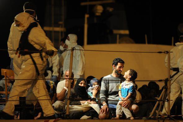 Durante el sábado, la armada rescató a 261 inmigrantes, de...