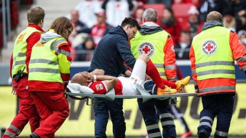 El colombiano estrelló su pierna contra la de su rival.