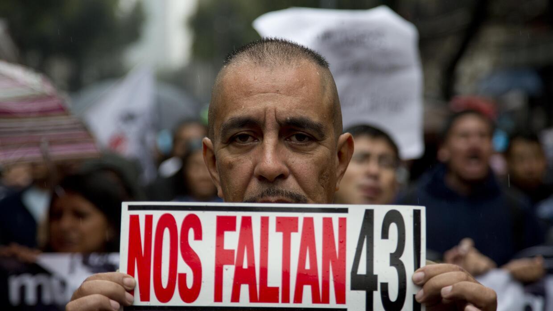 En esta imagen del 26 de septiembre de 2015, un hombre sostiene un letre...