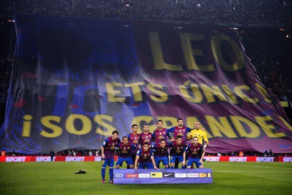 La gente del Barcelona mostró una bandera gigante en agradecimien...