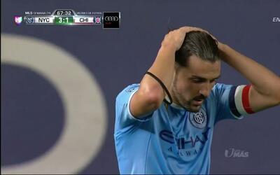Uyy!! Casi gol. David Villa Sánchez patea y da en el arco