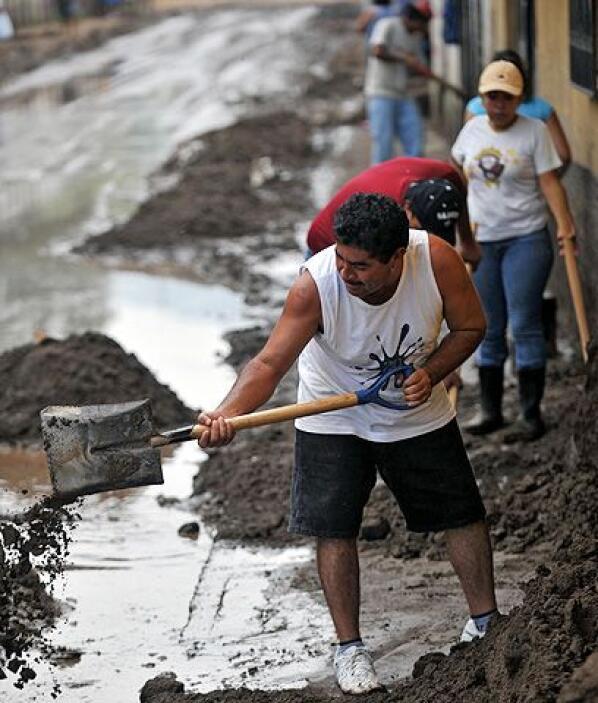 Después de la tormenta viene... La limpieza de los barrios en las orilla...